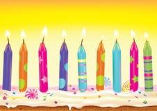 Vastgestelde brandende kaarsen op de cake Royalty-vrije Stock Foto's