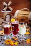 Vastgestelde cocktails in het restaurant Heerlijke desserts De herfstbehang Royalty-vrije Stock Afbeeldingen