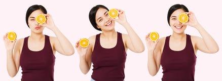 Vastgestelde gelukkige Aziatische, Chinese vrouw met de goede helften van de huidholding van sinaasappel dichtbij gezicht, schoon stock afbeeldingen