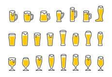 Vastgestelde pictogrammen van bier met schuim in mokken en glazen Royalty-vrije Stock Foto's