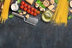 Vastgestelde ruwe ingrediënten voor het koken van Italiaanse deegwaren op steenlei Royalty-vrije Stock Afbeeldingen