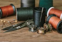 Vastgestelde spoel van draad voor het naaien en handwerk, oude spoel van draad uitstekende filter Stock Afbeelding