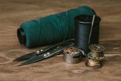 Vastgestelde spoel van draad voor het naaien en handwerk, oude spoel van draad uitstekende filter Stock Foto