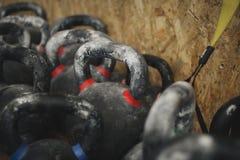 Vastgestelde sporten kettlebells in gymnastiek dichte omhooggaand royalty-vrije stock foto