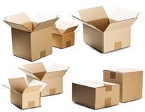 Vastgestelde stapels van kartondozen op witte achtergrond Pakket met lege ruimte voor uw tekst Patroon voor levering of post ser royalty-vrije stock foto's