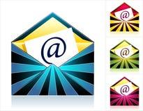 Vastgestelde enveloppen met stralen en symbool e-mail Stock Afbeelding
