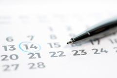 Vastgestelde tijd met kalender en pen Stock Afbeelding