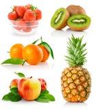 Vastgestelde verse vruchten met groene bladeren stock afbeelding