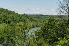 Vasto fiume francese osservato da Ridge Parkway blu nella primavera, Asheville, Nord Carolina immagini stock