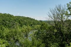 Vasto fiume francese osservato da Ridge Parkway blu nella primavera, Asheville, Nord Carolina fotografia stock libera da diritti