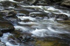 Vasto flusso, rapide di Sugar River, Newport, New Hampshire immagini stock