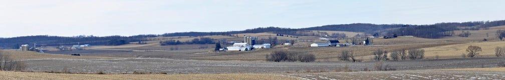 Vasto panorama della terra dell'azienda agricola di midwest Immagine Stock