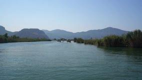 Vasto viaggio turco del fiume lungo la vista verde della costa di Dalyan Fotografia Stock