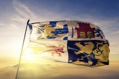 Vastra Gotaland län av tyg för torkduk för Sverige flaggatextil som vinkar på den bästa soluppgångmistdimman stock illustrationer