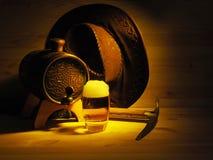 Vat en glas licht bier op een houten achtergrond royalty-vrije stock afbeelding
