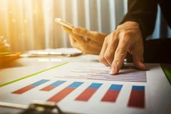 Vat en leningstarieven door de bank van volgens de belastingscode worden berekend van de overheid die Het bedrijfsmens Aziatische royalty-vrije stock foto