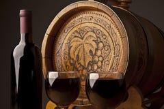 Vat, flessen en glazen wijn Stock Foto