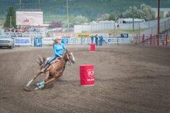 Vat het rennen paard en ruiterswerve rond tweede vat Royalty-vrije Stock Foto