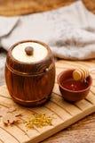 Vat honing en stuifmeel met een lepel op een houten lijst Rustiek Stilleven stock afbeelding