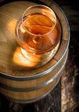 vat met een glas cognac stock foto