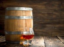 vat met een glas cognac stock afbeeldingen