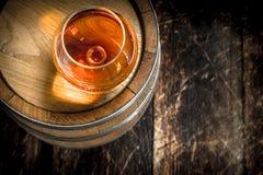 vat met een glas cognac royalty-vrije stock foto