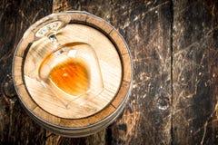 vat met een glas cognac stock fotografie