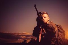 Vat van een kanon Jager met jachtgeweerkanon op jacht Jager die met Krachtig Geweer met Werkingsgebied Dieren bevlekken stock fotografie