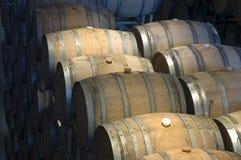 Vaten in de wijnmakerij stock foto