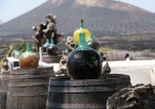 Vaten en grote flessen met druivenwijn - malvasia Lanzarote Stock Afbeelding