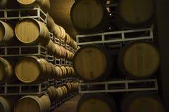 Vaten Italiaanse wijn, merlot en sangiovese, in de kelder royalty-vrije stock fotografie