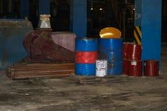 Vaten olie en brandstof, smerende materialen in een donker pakhuis bij de industriële raffinaderij chemische petrochemische stof stock foto's