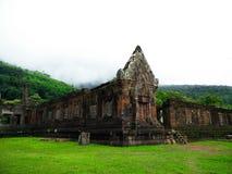 Vaten Phou fördärvar under grön säsong i Champasak, Laos Arkivbild