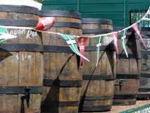 Vaten van Devon Cider op een aanhangwagen stock afbeeldingen