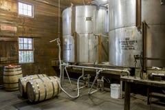 Vaten vanaf tanks in distilleerderij worden gevuld die royalty-vrije stock afbeeldingen