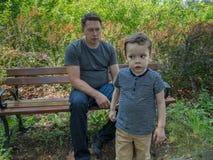 Vater aying etwas zu seinem weggehenden hörenden Sohn aber stockfotografie