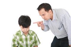 Vater bedroht seinen Jungen Stockfoto