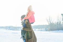 Vater With Child im Winter Lizenzfreies Stockfoto