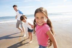 Vater-And Children Having-Spaß auf Strandurlaub lizenzfreies stockbild