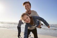 Vater-With Children Having-Spaß auf Winter-Strand zusammen Lizenzfreie Stockbilder