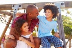 Vater-With Children On-Spielplatz-kletternder Rahmen Lizenzfreies Stockbild