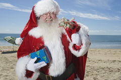 Vater Christmas Stands With sein Sack auf Strand Lizenzfreie Stockbilder