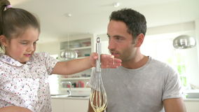Vater-And Daughter Following-Kuchen-Rezept auf Digital-Tablette stock footage