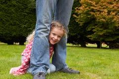 Vater-And Daughter Playing-Spiel im Garten zusammen Stockfotos