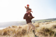 Vater And Daughter Walking durch Dünen auf Winter-Strand Lizenzfreie Stockfotografie