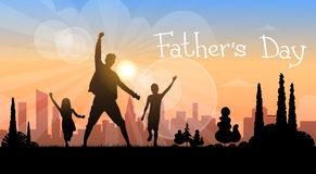 Vater Day Holiday, Schattenbild-Sohn-Tochter-Vati-Griff übergibt oben Lizenzfreies Stockbild