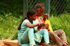 Vater, der die gelbe Beutel Tochter isst Imbisse öffnet Stockbilder
