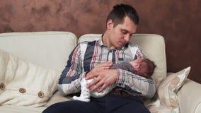 Vater, der ein neugeborenes Baby hält stock video