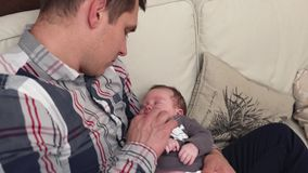Vater, der ein neugeborenes Baby hält stock footage