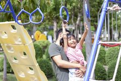 Vater, der eine Tochter spielt am Spielplatz am Feiertag h?lt stockbilder